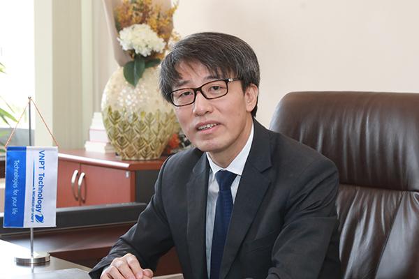 Ông Trần Hữu Quyền, CEO VNPT Technology cho biết, với điều kiện ở Việt Nam rất khó có thể đưa công nghệ vào các mô hình nông nghiệp đầu tư quá tốn kém mà phải đơn giản đến toàn dân.